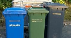 Das Bild zeigt unterschiedliche Abfallgefäße wie sie in Marburg verwendet werden.