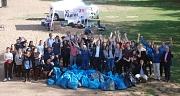 Das Foto zeigt Bürgermeister Wieland Stötzel gemeinsam mit Verantwortlichen des DBM und der Fachschaft Bildungswissenschaften sowie den Studierenden, die sich an der Reinigungsaktion beteiligt haben.