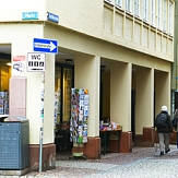 Das Foto zeigt ein Gebäude in der Straße Am Markt, dessen Säulen gereinigt und gestrichen wurden.©DBM, sonja Stender