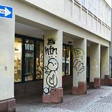 Das foto zeigt ein Gebäude in der Straße am Markt, dessen Pfeiler mit Graffiti verunstaltet sind.©DBM, Sonja Stender