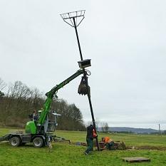Für das Aufstellen den massiven Laternenmasts setzte der DBM eigens einen kleinen Bagger ein.©DBM, Sonja Stender