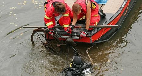 DLRG -Taucher suchten in der Lahn nach Unrat und fanden beispielsweise dieses Fahrrad. Das sperrige Fundstücke zogen DLRG-Helferinnen in ihr Boot.©Universitätsstadt Marburg