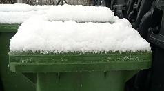 Das Foto zeigt eine eingeschneite Biotonne.