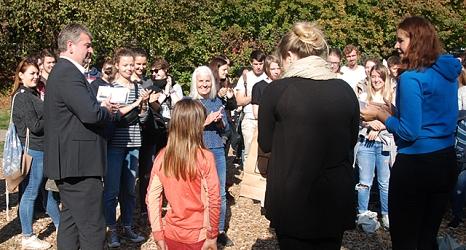 Das Foto zeigt Bürgermeister Wieland Stötzel bei der Überreichung der Tombolagewinne an die Studierenden.©Universitätsstadt Marburg, Ute Schneidewindt