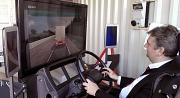 Das Foto zeigt Bürgermeister Wieland Stötzel im Fahrsimulator.