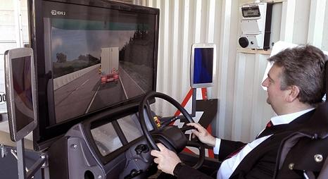 Das Foto zeigt Bürgermeister Wieland Stötzel im Fahrsimulator.©DBM, Ramona Michl