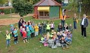 """Bürgermeister Wieland Stötzel (rechts) bedankte sich bei den zwei Michelbacher Kindergartengruppen stellvertretend für alle, die bei der Aktion """"Sauberhaftes Hessen"""" mitgemacht haben. Mit dabei waren auch Ralf Schmidt, Abteilungsleiter der Straßenreinigun"""
