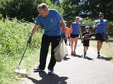 """Das Foto zeigt Oberbürgermeister Dr. Thomas Spies beim Aufsammeln von Abfall während des ersten Marburger """"Plogging""""-Laufs.©Heiko Krause i.A.d. Stadt Marburg"""