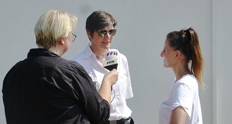 Das Foto zeigt die Leiterin des Fachdienst Brandschutz im Gespräch mit Julia Nestle und der Aufnahmeleiterin Judith Kolb.©DBM, Sonja Stender