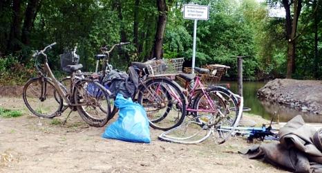 Das Foto zeigt unter anderem fünf Fahrräder, einen Einkaufswagen, einen Müllsack und eine große Folie, die die Bootsbesatzung der DLRG aus der Lahn geborgen hat.©DBM, Sonja Stender
