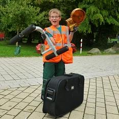 Fette Beute machte dieser junge Umweltschützer, der stolz seine Fundstücke präsentiert.©DBM, Sonja Stender