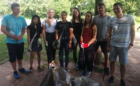 Das Foto zeigt die Teilnehmer der Müll-Sammelaktion von fridays for future.©privat