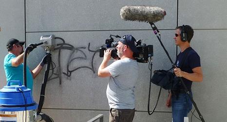 DBM-Mitarbeiter Dirk Grebing wird bei der Graffiti-Beseitigung ganz genau auf die Finger geschaut.©DBM, Sonja Stender
