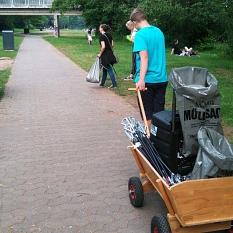 Das Foto zeigt Teilnehmer einer fridays for future Müllsammel-Aktion mit Bollerwagen.©privat