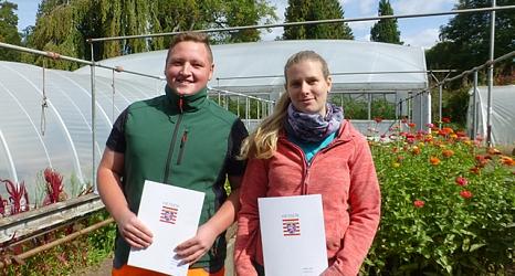 Julia Schiller und Lukas Funk freuen sich auf den neuen beruflichen Lebensabschnitt als Fachkräfte für Produktionsgartenbau bzw. Garten- und Landschaftsbau.©DBM, Günter Krebs