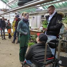 """Die Schülerinnen und Schüler folgten interessiert den """"Berichten aus dem Alltag"""" der Gärtnerinnen und bekamen anschließend antworten auf ihre eigenen Fragen.©DBM, Sonja Stender"""