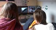 Das Foto zeigt zwei Teilnehmerinnen am Girs´ Day beim Beobachten des Monitors der Kanalkamera.