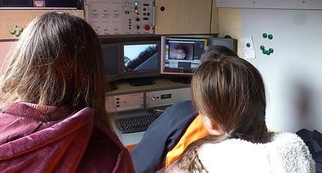 Das Foto zeigt zwei Teilnehmerinnen am Girs´ Day beim Beobachten des Monitors der Kanalkamera.©DBM, Sonja Stender