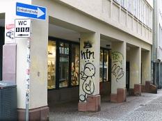 Als ob nichts gewesen wäre: der Vorher-Nachher-Vergleich einer Fassade in der Barfüßerstraße.©Sonja Stender, Dienstleistungsbetrieb der Stadt Marburg