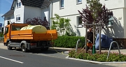 Unterwegs mit dem Tankwagen zur Jungbaum-Bewässerung. In der trockenen Jahreszeit sind die Gärtnerinnen und Gärtner des DBM oft mit mehreren Fahrzeugen auf Tour.