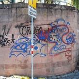 Das Foto zeigt eine sandsteinmauer am Bootsverleih, die großflächig mit verschieden farbigen Schriftzügen beschmiert ist.©DBM, Sonja Stender