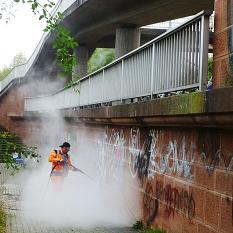 Dirk Grebing ist der Fachmann beim DBM für die Graffitibeseitigung . Hier rückt er den Schmiereien mit heißem Wasser und viel Druck zu Leibe.©DBM, Sonja Stender
