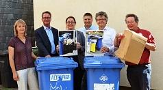 auf dem Foto sind von links Sonja Stender (DBM), Jürgen Wiegand (Betriebsleiter DBM), Dr. Kerstin Weinbach, Marco Rößler (DBM), Dr. Franz Kahle und Jochen Friedrich (FD 67) mit Altpapiertonnen und Kartonagen zu sehen.