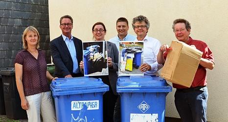 auf dem Foto sind von links Sonja Stender (DBM), Jürgen Wiegand (Betriebsleiter DBM), Dr. Kerstin Weinbach, Marco Rößler (DBM), Dr. Franz Kahle und Jochen Friedrich (FD 67) mit Altpapiertonnen und Kartonagen zu sehen.©Universitätsstadt Marburg