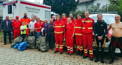 Das Foto zeigt die Freiwilligen der DLRG gemeinsam mit den Sammlerinnen und Sammlern sowie Mitarbeitern und Betriebsleitung des DBM.©Isabell Link, Oberhessische Presse