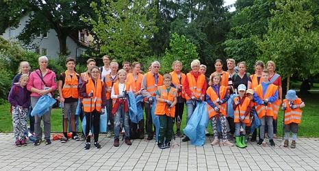 Groß und Klein waren dem Aufruf zum Müllsammeln gefolgt und starteten hochmotiviert mit Papierzangen und schon bald nicht mehr leeren Müllsäcken.©DBM, Sonja Stender