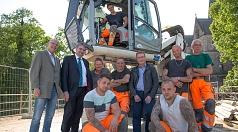 Bürgermeister Wieland Stötzel (2. von links) und DBM-Betriebsleiter Joachim Brunnet mit den erfahrenen Mitarbeitern des DBM, die aktuell die Pfeiler der Weidenhäuser Brücke trockenlegen. Die Umsetzung hat Bernhard Ivo (4. von rechts) ausgearbeitet.