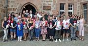 Das Foto zeigt die neuen Auszubildenden der Stadt Marburg vor dem Rathaus gemeinsam mit Bürgermeister Wieland Stötzel, Ausbildungsleiterin Silke Fischer-Stamm sowie Vertreter/innen des Personalrats, des DBM und weiteren Mitarbeiterinnen und Mitarbeitern.