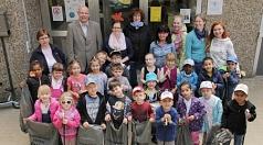 Das Foto zeigt DBM-Betriebsleiter Joachim Brunnet mit den Kindern und Erzieherinnen der Kindertagesstätte Graf-von-Stauffenberg-Straße 1 a, die ihre gefüllten Müllsäcke präsentieren.