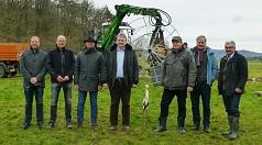 S. Mross (v.l. Abteilungsl. Strom SWM), J. Brunnet (Betriebsleiter DBM), M. Gersch (Bereichsl. Netze SWM), Bürger-meister W. Stötzel, W. Kräling (Storchenbeauftragter NABU), E. Lübbecke (Vorsitzender NABU) und N. Feyh (Betriebsleiter DBM).