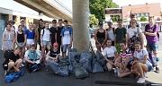 """Das Foto zeigt die Schülerinnen und Schüler der Steinmühle, die am """"Sauberhaften Schulweg"""" teilgenommen haben."""