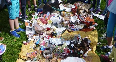 Das Foto zeigt den Müll, den eine Kindergartengruppe während des Sauberhaften Kindertages gesammelt hat.©DBM, Sonja Stender
