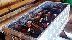 Das Foto ziegt die Liebesschlösser vom Geländer der Weidenhäuser Brücke in einer Kiste.