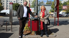Bürgermeister Wieland Stötzel und Ortsvorsteherin Erika Lotz-Halilovic überzeugten sich von den neuen Müllbehältern am Christa-Czempiel-Platz.