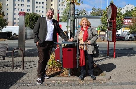 Bürgermeister Wieland Stötzel und Ortsvorsteherin Erika Lotz-Halilovic überzeugten sich von den neuen Müllbehältern am Christa-Czempiel-Platz.©Thomas Steinforth, Stadt Marburg