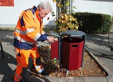 Der DBM hat die neuen Mülleimer mit einer Vorrichtung für Zigarettenkippen angebracht.©Thomas Steinforth, Stadt Marburg