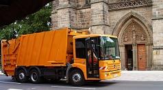 Das Foto zeigt ein Pressmüllfahrzeug des DBM, dass an der Elisabethkirche vorbei fährt.