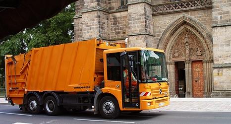 Das Foto zeigt ein Pressmüllfahrzeug des DBM, dass an der Elisabethkirche vorbei fährt.©SWM, Karin Brahms