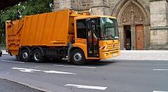Das Foto zeigt ein Pressmüllfahrzeug, dass an der Elisabethkirche vorbei fährt.