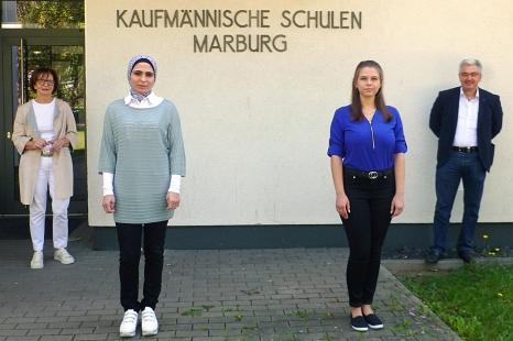 Norbert Feyh, Betriebsleiter des DBM (rechts) und Inge Kachel-Moosdorf von der Praxis GmbH (links) freuen sich, Nisreen Bashir (2.v.l.) und Violetta Meller als angehende Kauffrauen für Büromanagement zu begrüßen.©DBM, Sonja Stender