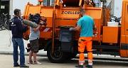 """DBM-Mitarbeiter Martin Wandrey fährt die Papierkorbtour auf dem Bahnhofsvorplatz heute """"unter Beobachtung""""."""
