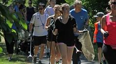 Das Foto zeigt Oberbürgermeister Dr. Thomas Spies mit weiteren Sportbegeisterten beim Plogging-Lauf mit Papierzangen und Abfallsäcken.