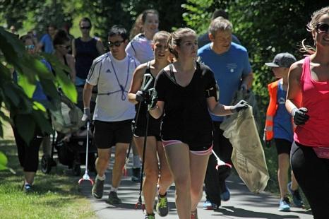 Das Foto zeigt Oberbürgermeister Dr. Thomas Spies mit weiteren Sportbegeisterten beim Plogging-Lauf mit Papierzangen und Abfallsäcken.©Heiko Krause i.A.d. Stadt Marburg