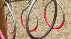 Das Foto zeigt Ringe zum Hangeln auf einem Spielplatz.