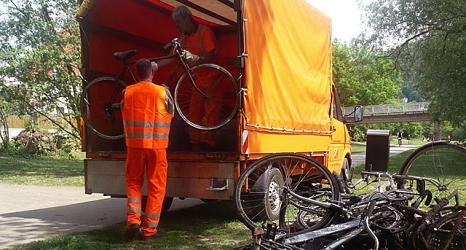Das Foto zeigt Mitarbeiter des DBM beim Verladen von Fahrrädern, die die DLRG zuvor aus der Lahn geborgen hat.©DBM, Sonja Stender