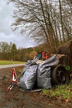 Gut verpackt und hübsch mit der Sammelausrüstung dekoriert wartete der unschädlich gemachte Abfall in Dagobertshausen auf seine Abholung.©privat